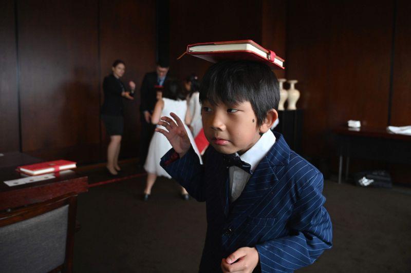 Богатые китайские детки в школе этикета в Шанхае