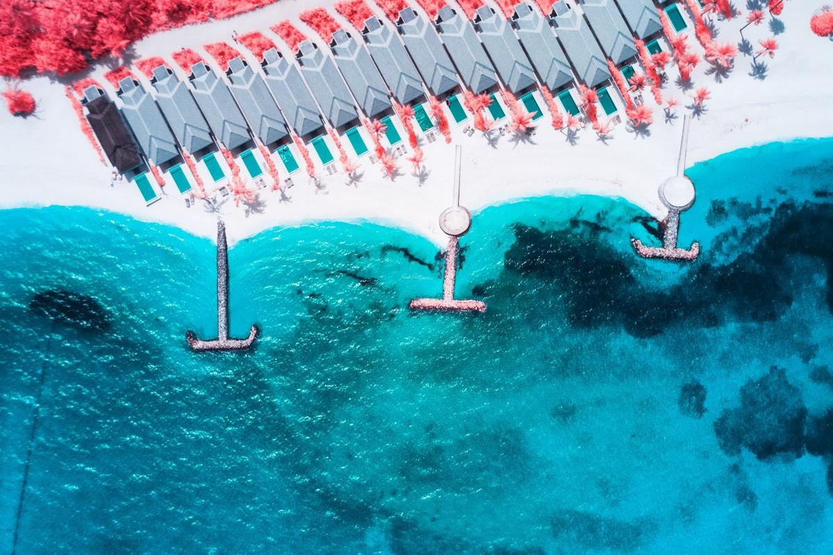 Мальдивы с высоты в инфракрасном диапазоне на снимках Паоло Петтиджани