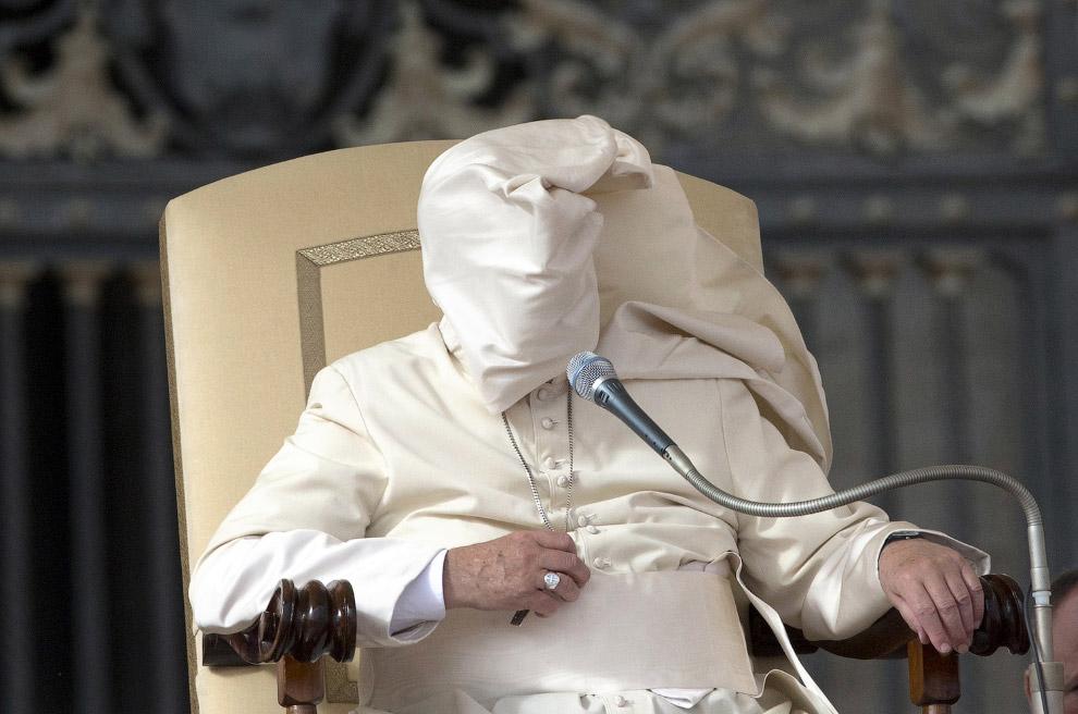 Папы римские против ветра на снимках