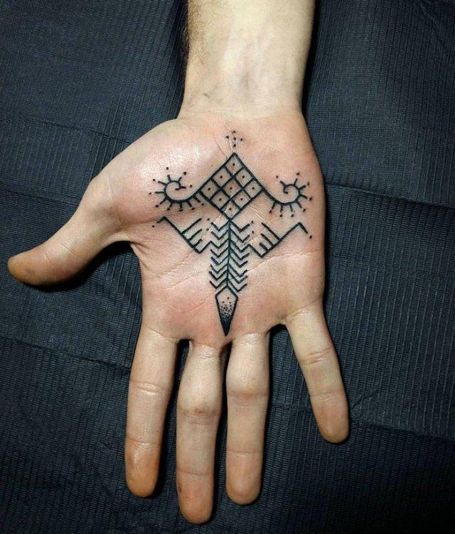 Необычные татуировки на ладонях