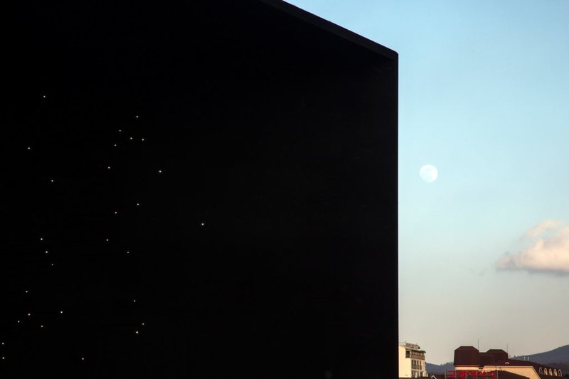Самое черное здание в Южной Корее, которое похоже на звездное небо