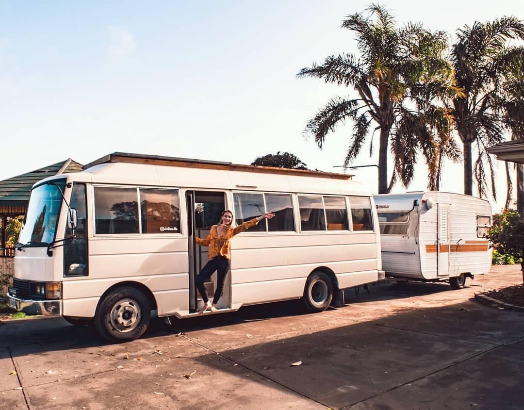 Австралийская семья путешествует в переделанном автобусе