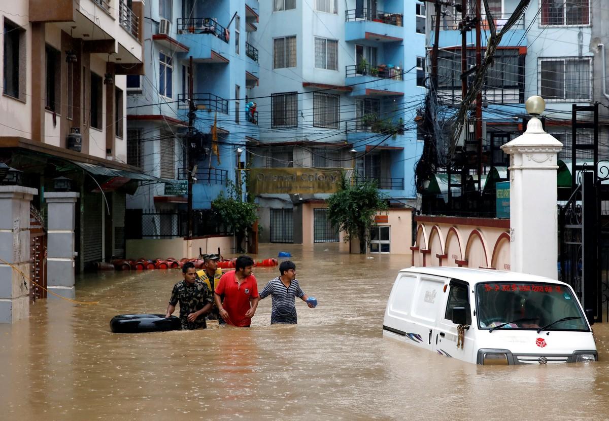 Наводнения в Южной Азии вынудили людей покинуть свои дома