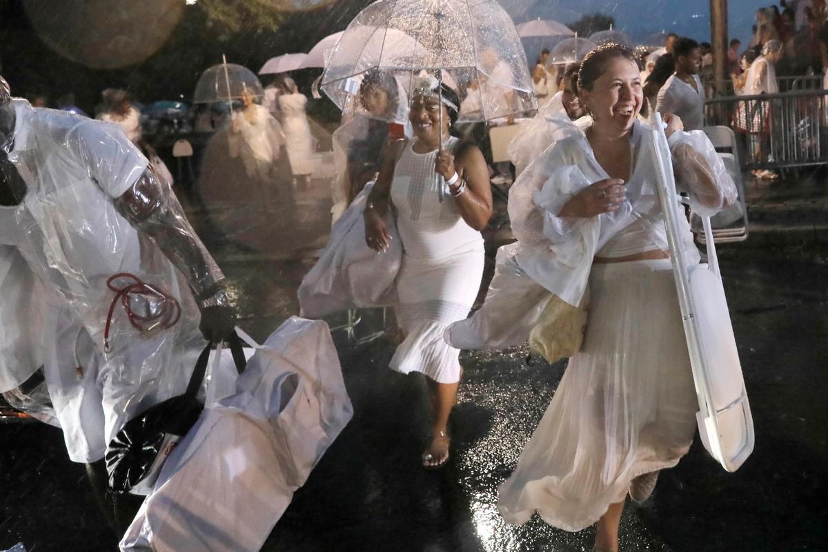 Дождь испортил ежегодный флешмоб Ужин в белом в Нью-Йорке