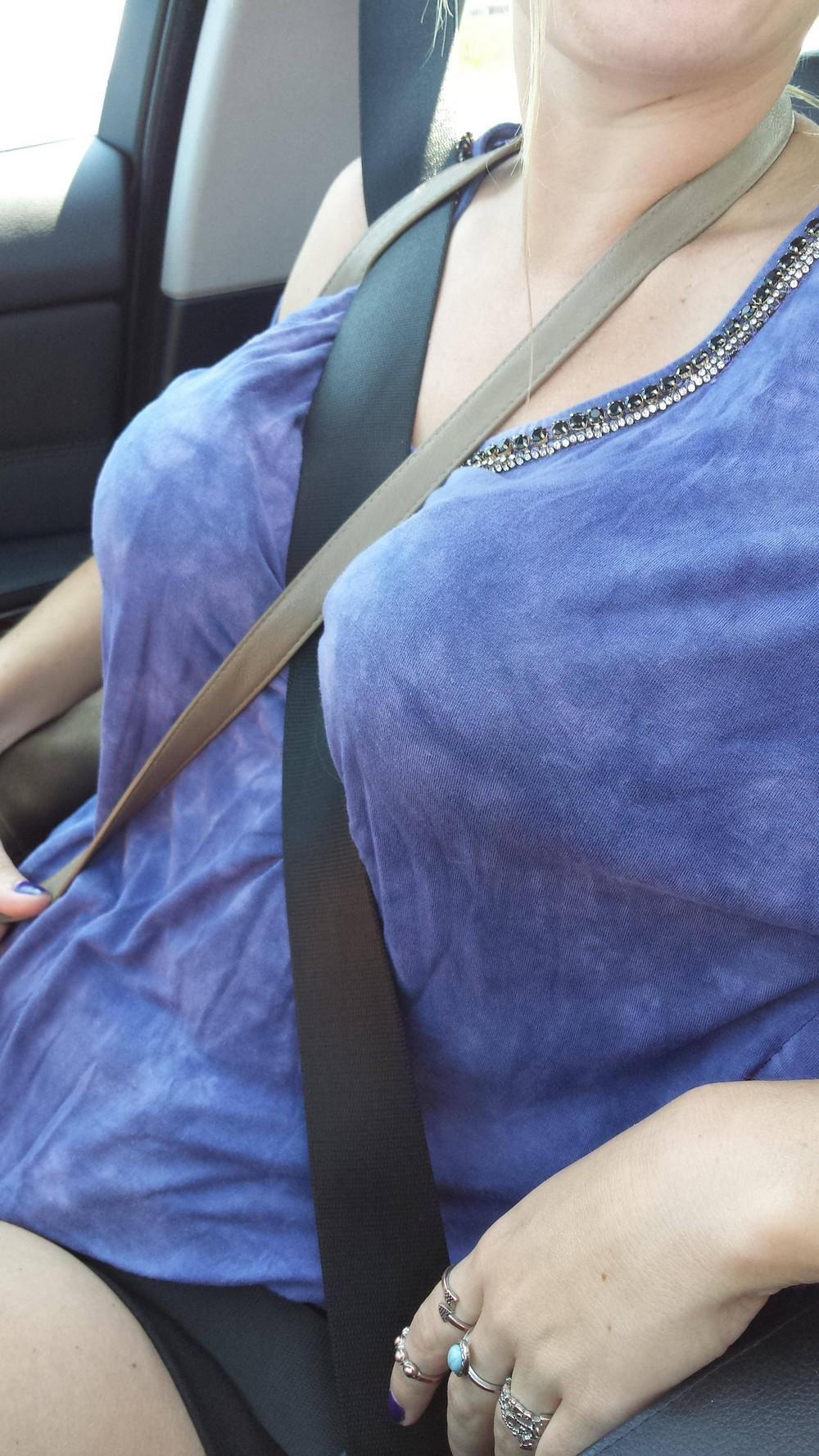 Красивые девушки и ремни через плечо #strapboobs