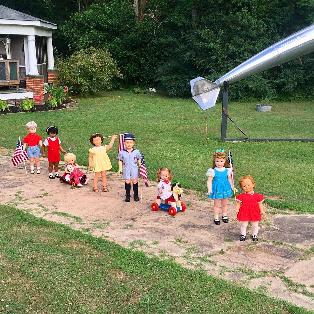 Американская пара обзавелась 30 пластиковыми детьми