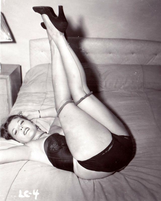 Девушки в чулках на снимках 50-х годов