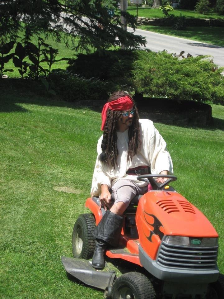 Когда для соседа подстричь газон не просто рутина