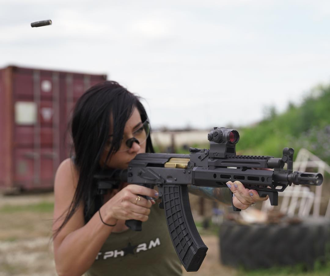 Геймерша Алекс Зедра знакома с оружием не только по шутерам