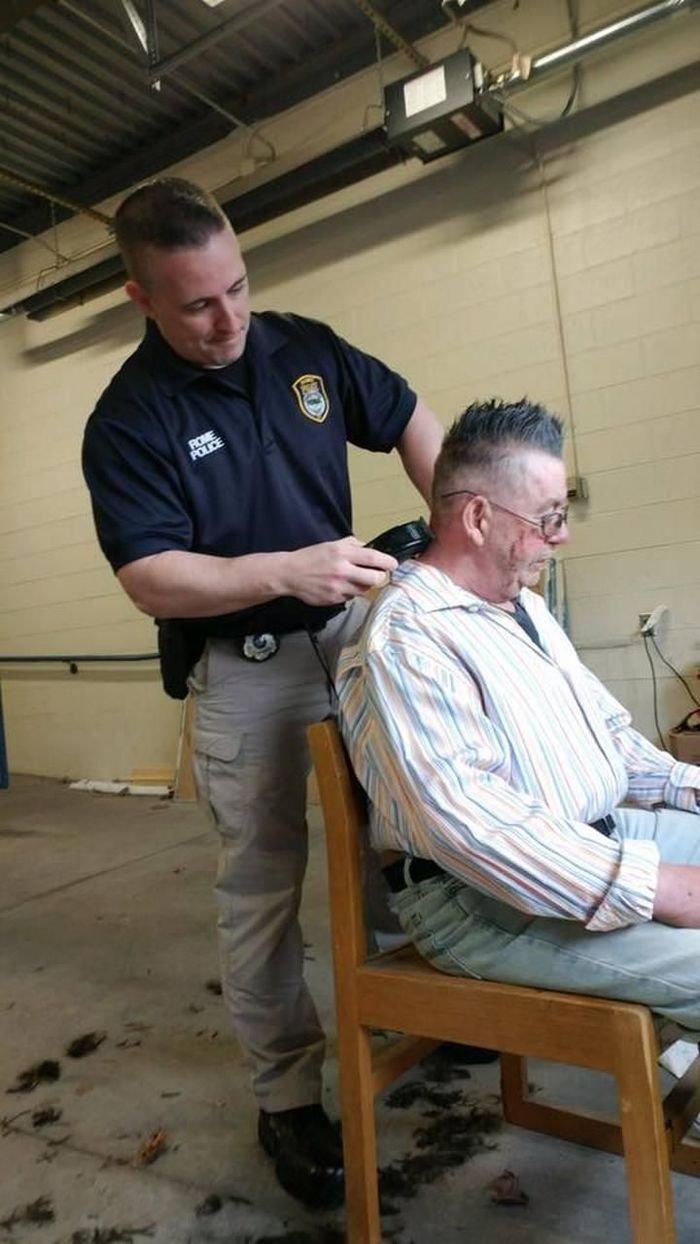 Полицейские преобразили бездомного мужчину