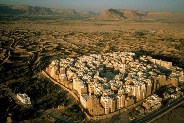 Йеменский город Шибам с небоскребами из глины