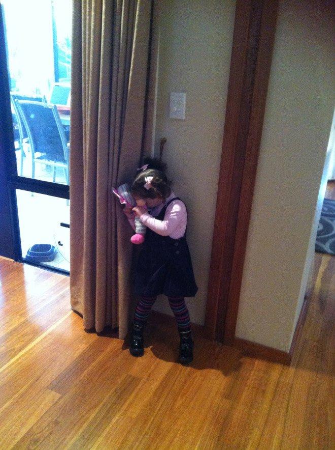 Малыши всегда мастерски играют в прятки
