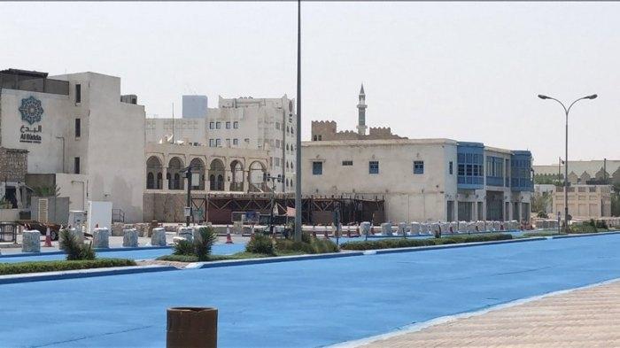 Для чего красят асфальт в голубой цвет в Катаре?