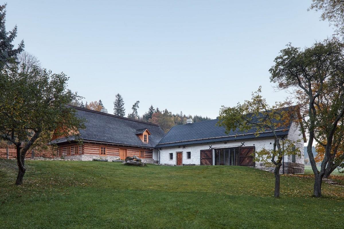 Два сельских дома, олени и деревья в Чехии