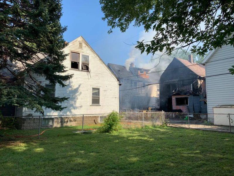 Американец боролся с сорняками и поджег 3 дома