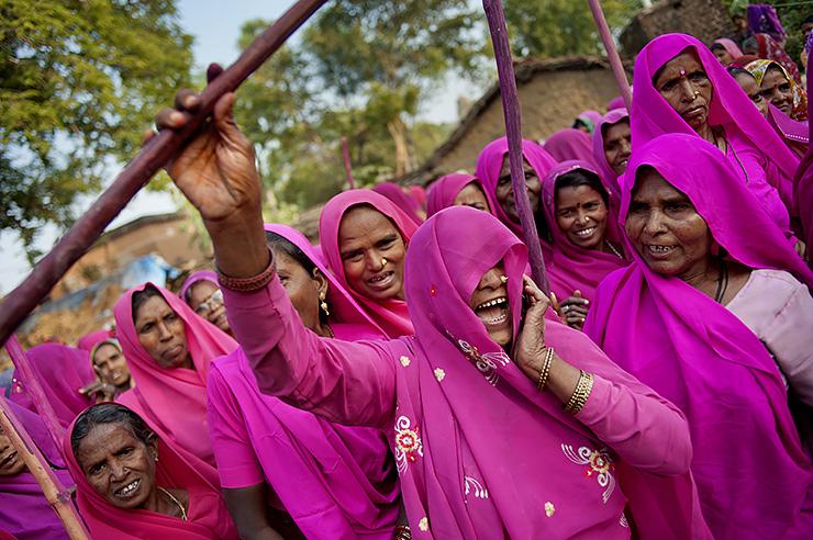 Розовая банда, которая борется за справедливость в Индии