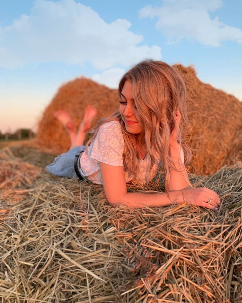 Красивые девушки и скошенная трава из Instagram
