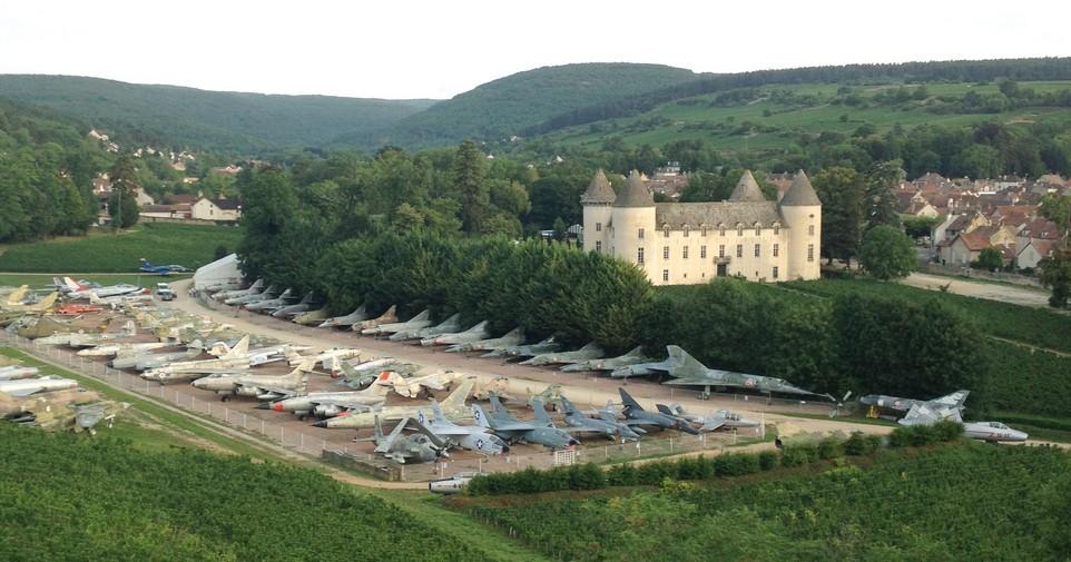 Коллекционер собрал 110 истребителей на территории своего замка во Франции