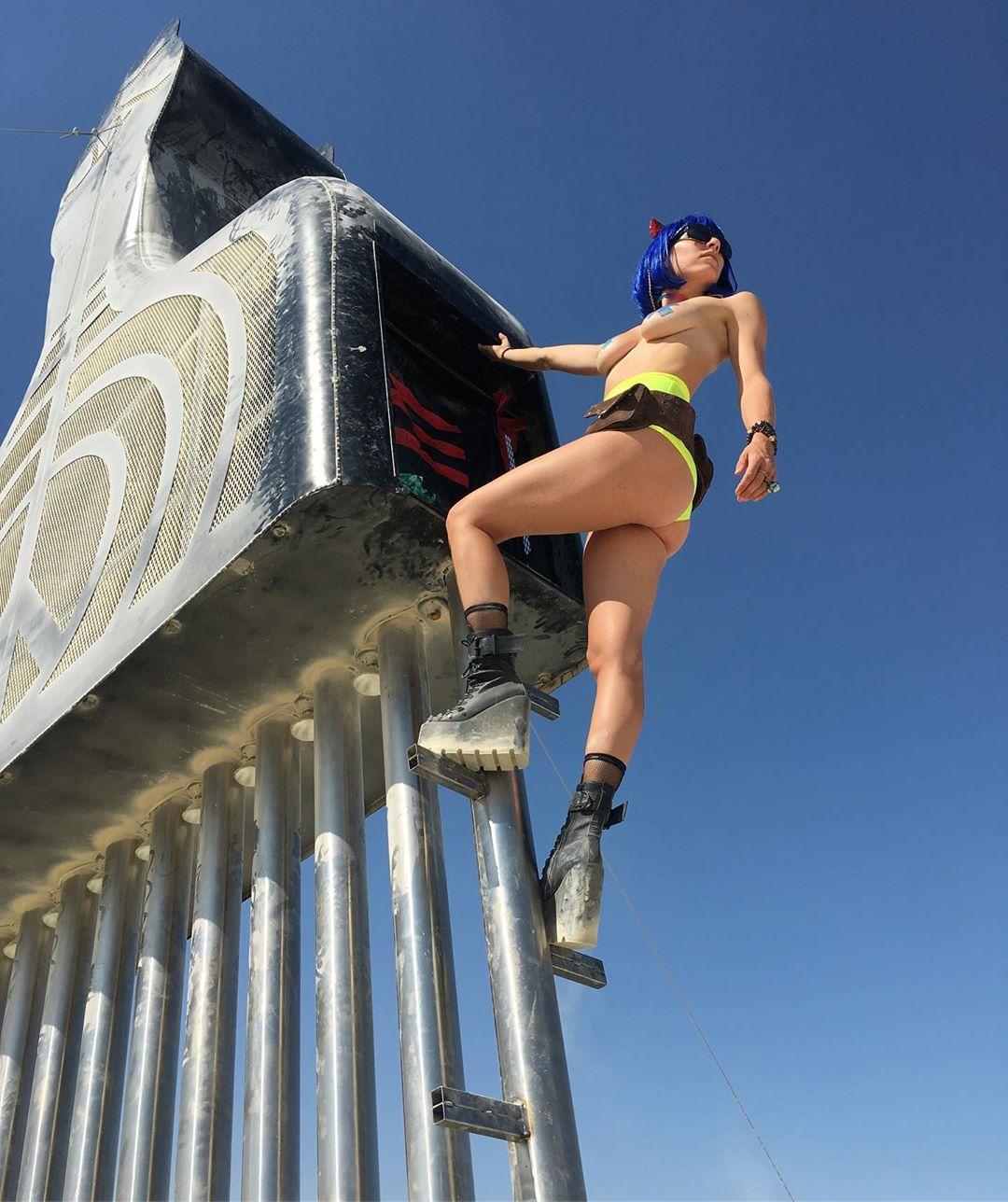 Экстравагантные наряды посетителей фестиваля Burning Man 2019