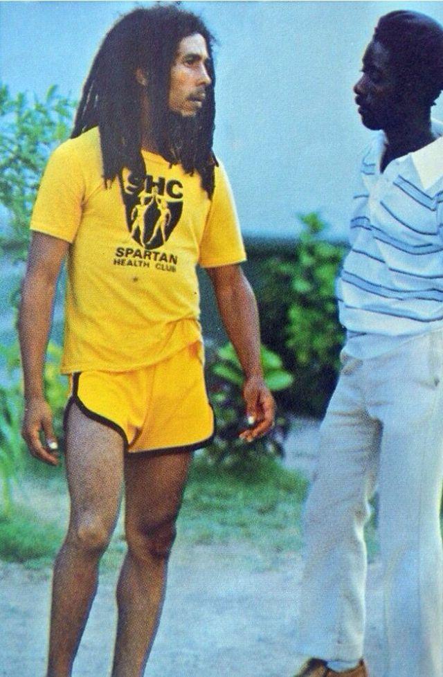 Vintage lövések a lázadókról és a múlt rocksztárjairól, rövid rövidnadrágban