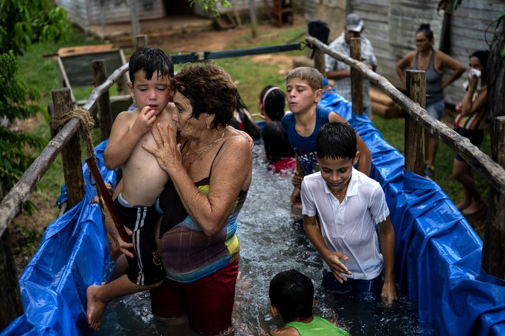 Кубинцы спасаются от жары с помощью мобильного бассейна