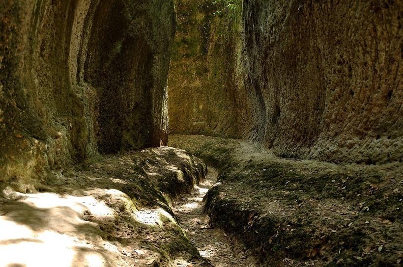 Старинные дороги в скалах Италии