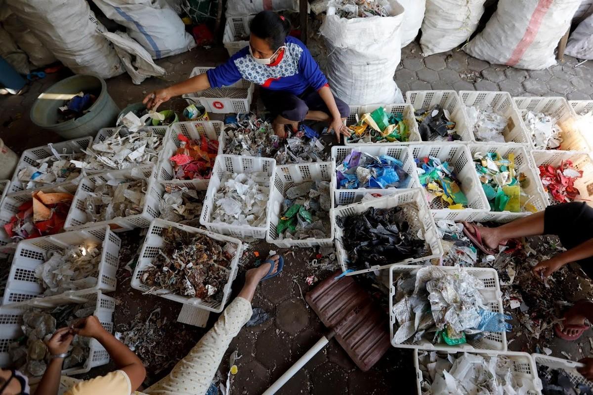 Жители индонезийской деревни выживают за счет импортного мусора