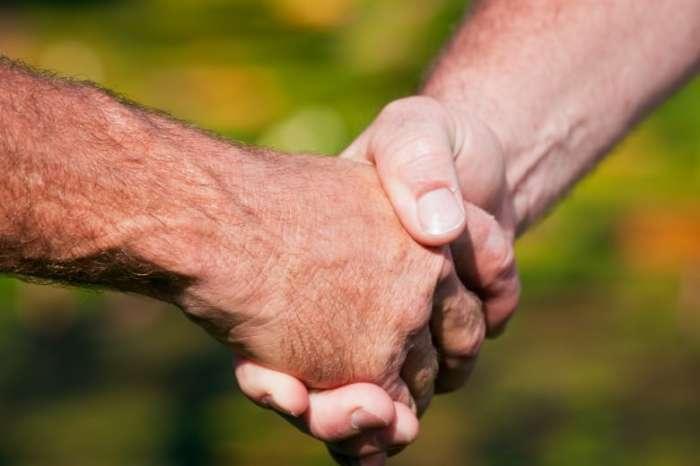 История появления традиции мужского рукопожатия