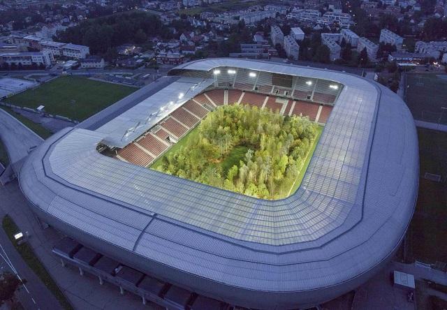 Арт-инсталляция: Лес внутри стадиона Вёртерзе-Штадион в Австрии