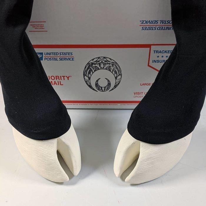 Необычная обувь в виде реалистичных копыт