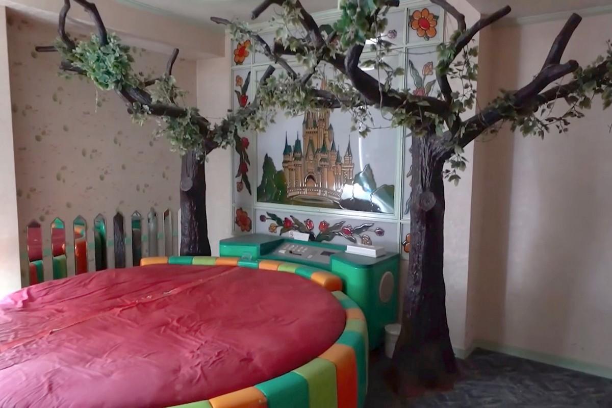 Внутри заброшенного секс-отель в Японии