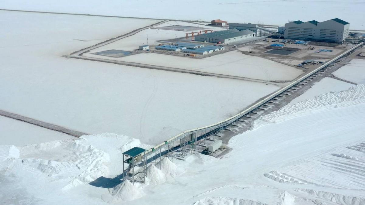 Добыча соли на солончаке Уюни в Боливии
