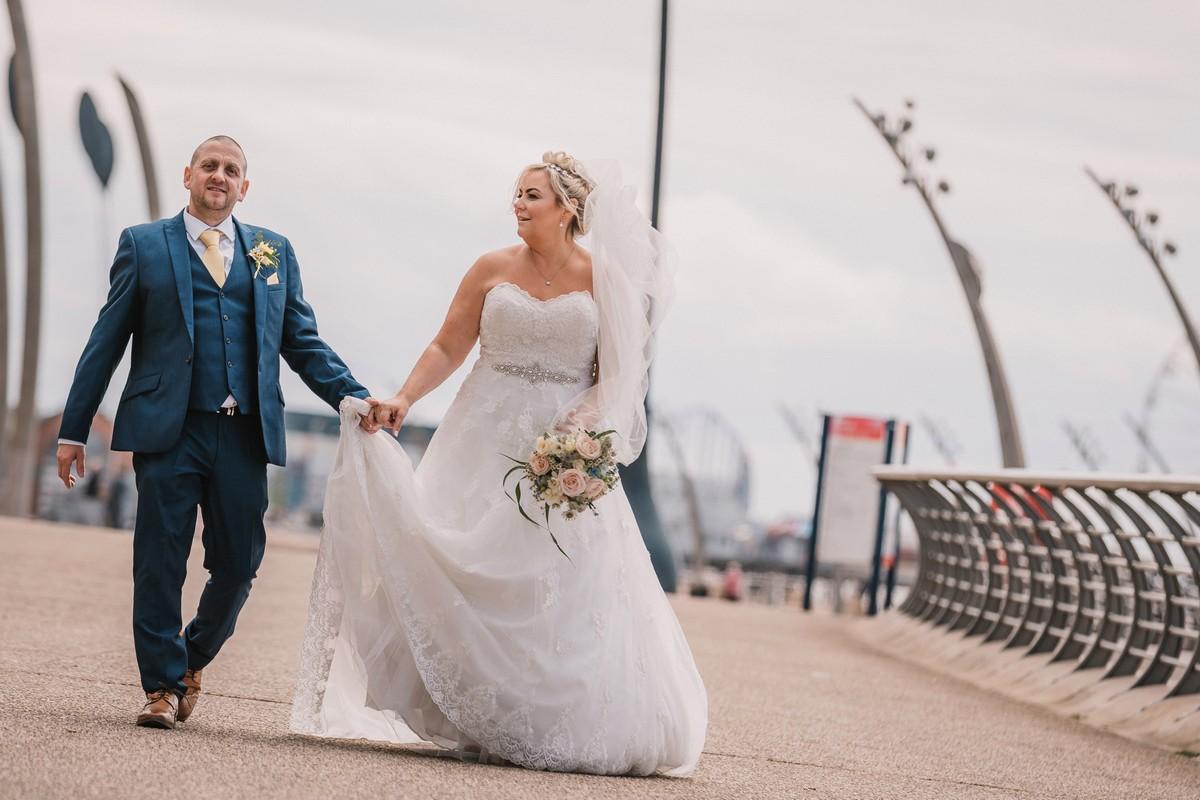 Невеста испортила свадебное платье ради забавной фотосессии