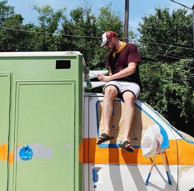Американец переделал старую машину скорой помощи в уютное жилище