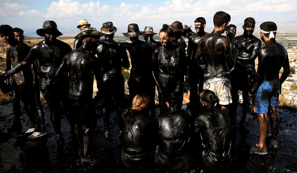 Ежегодный фестиваль грязи Каскаморрас в Испании