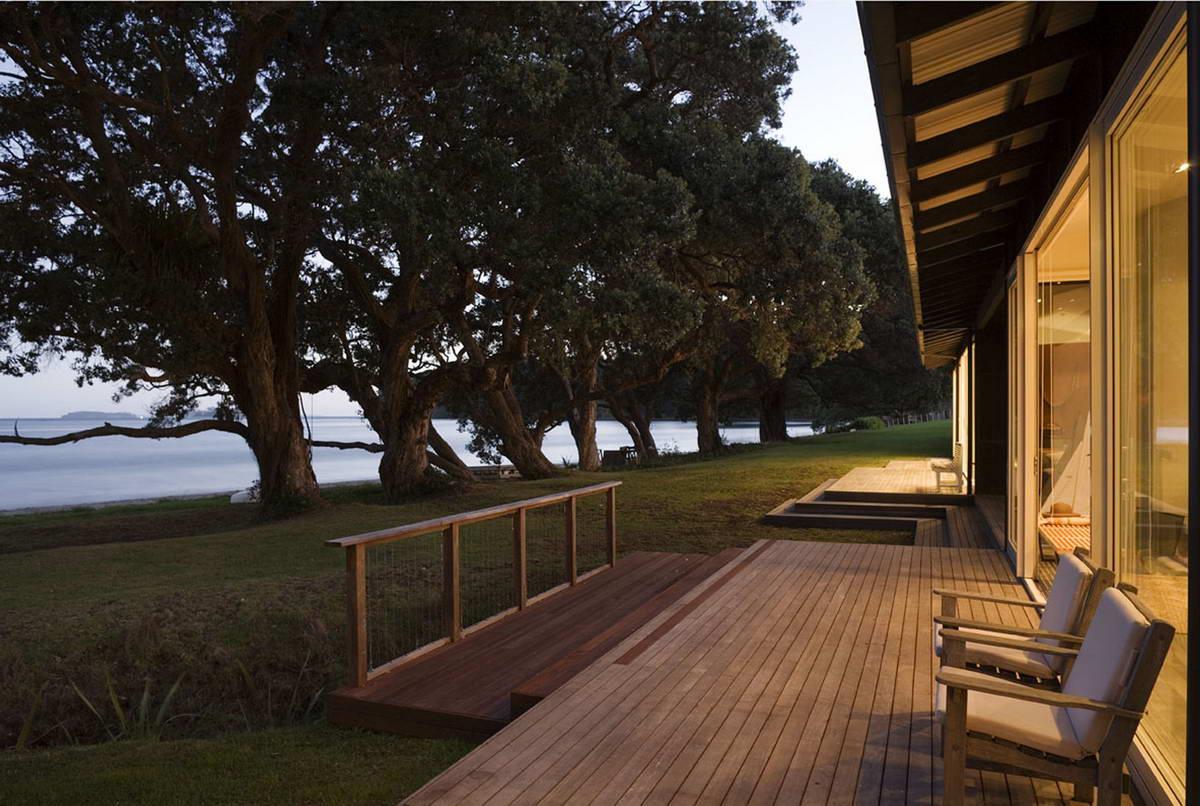 Дом с террасой у залива в Новой Зеландии