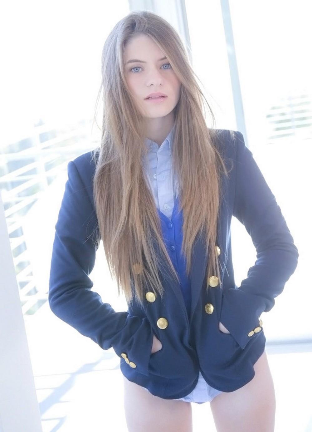 Красивые девушки в школьных нарядах