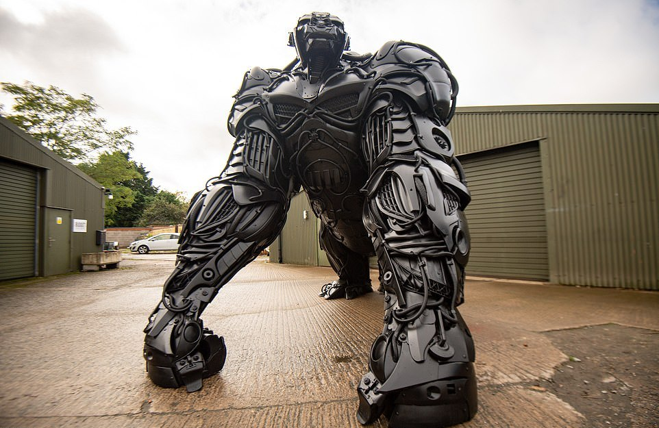 Огромная горилла из выброшенных автомобильных деталей