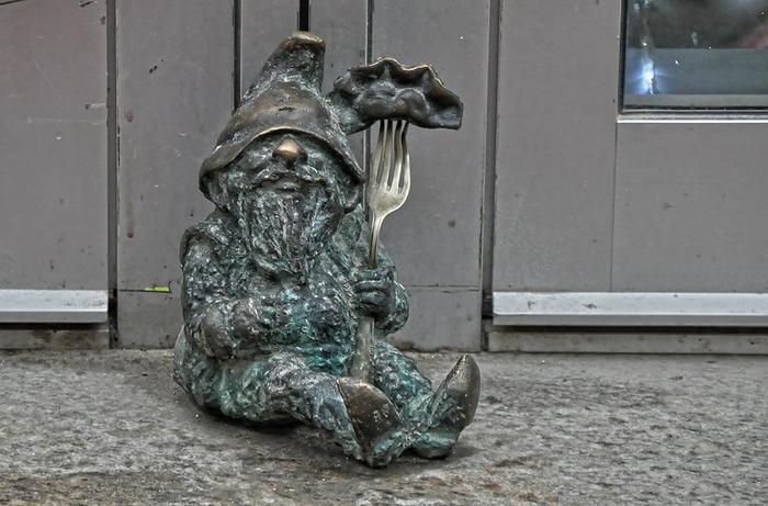 Miért van oly sok törzs figura a lengyel Wroclaw város utcáin