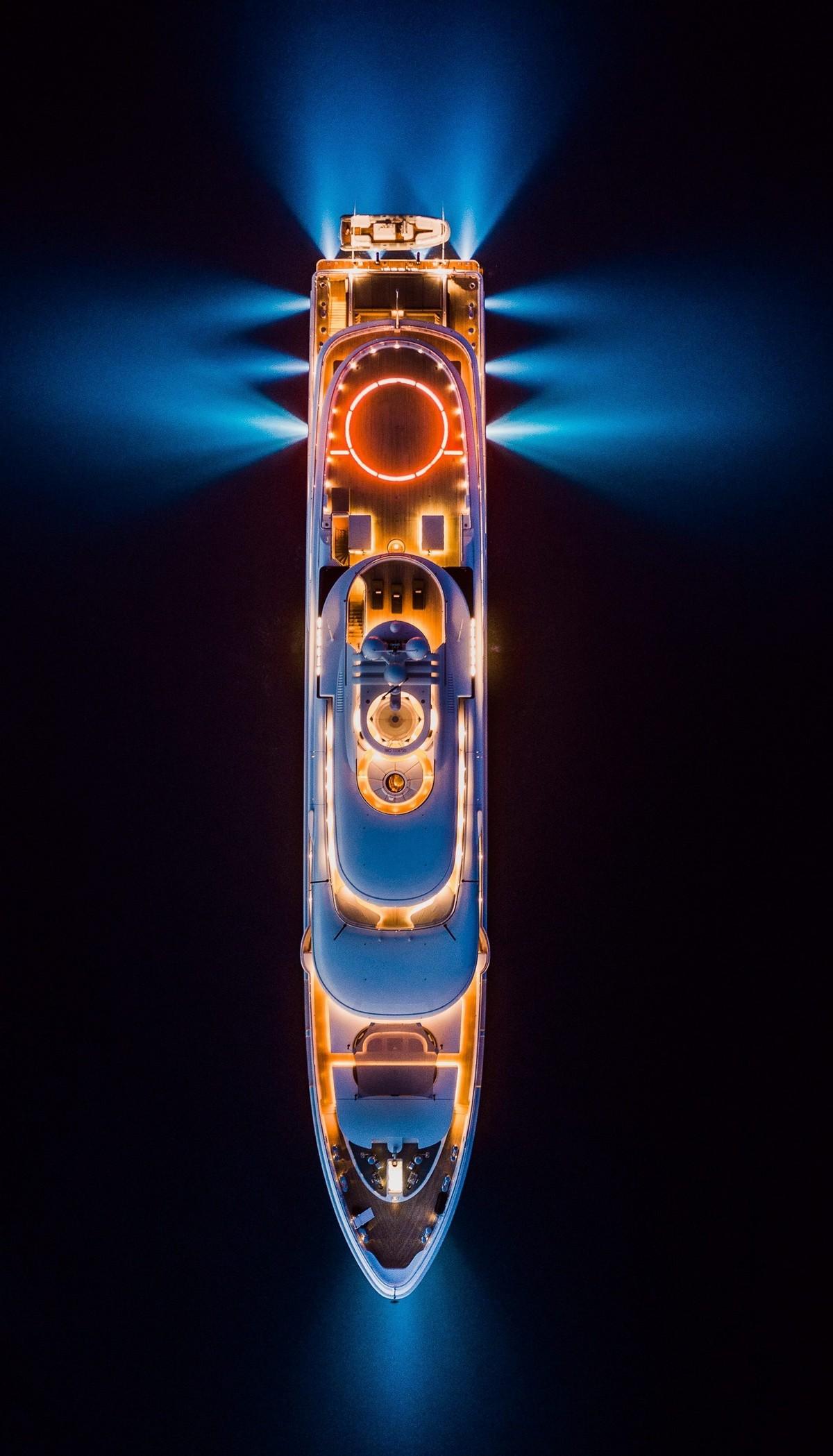 Суперяхты светятся ночью яркими огнями во время яхт-шоу в Монако