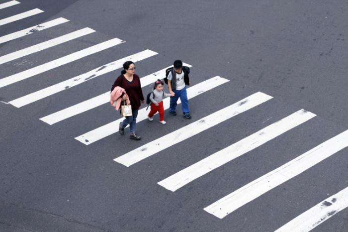Нужно ли пропускать пешехода, который ступил на зебру