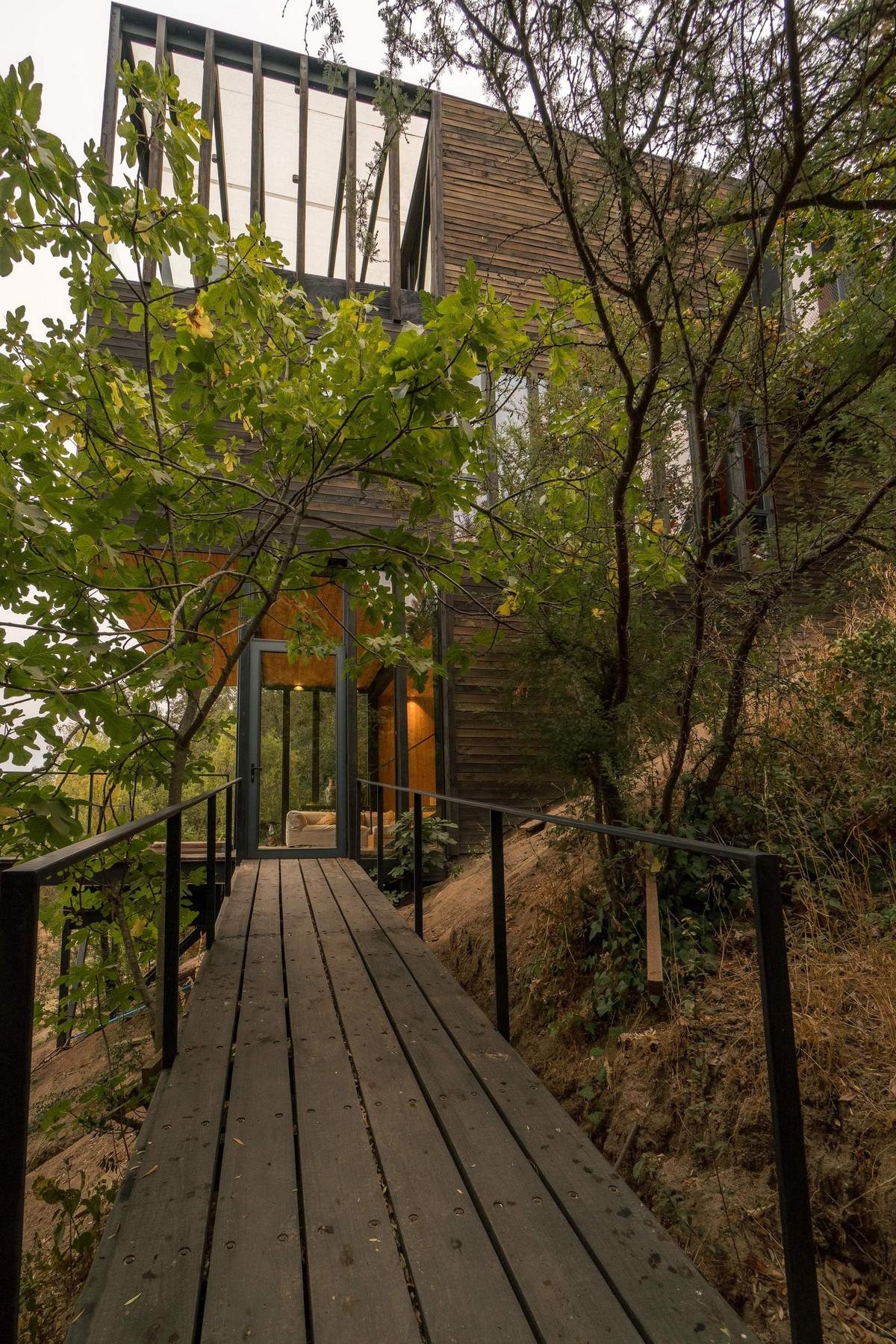 Современный трехуровневый дом на склоне в Чили