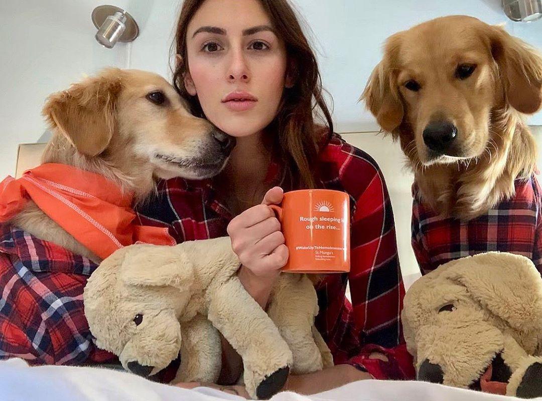 Девушка делает веселые снимки со своими собаками