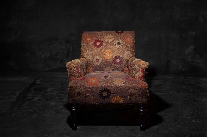Фотограф представил стулья как людей