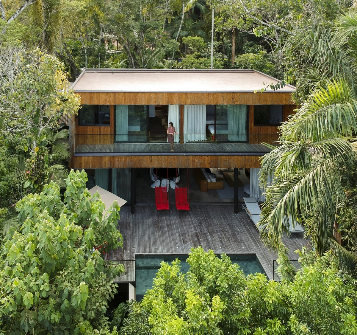 Лесной двухэтажный дом с бассейном в Бразилии