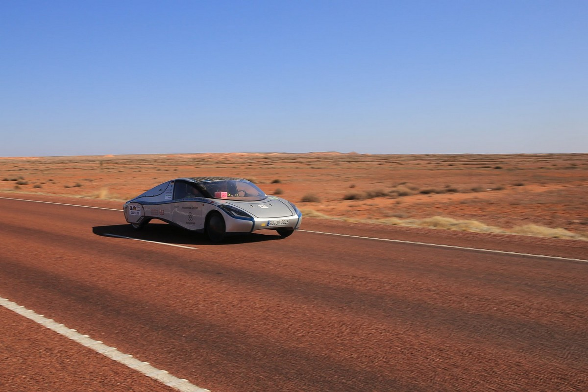 Гонка автомобилей на солнечных батареях прошла в Австралии