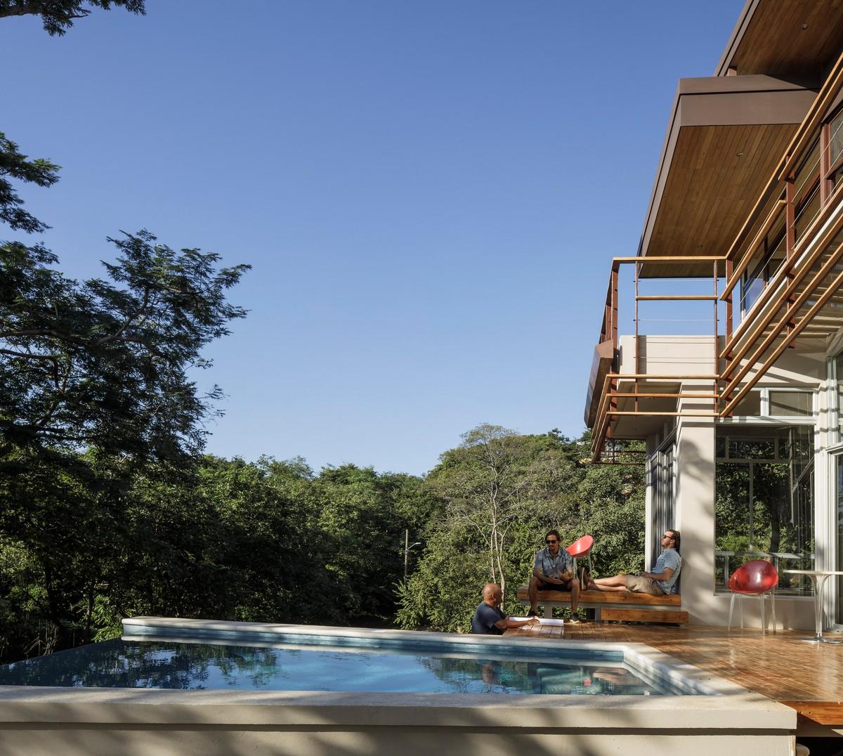 Загородный дом с балконами и бассейном в Коста-Рике