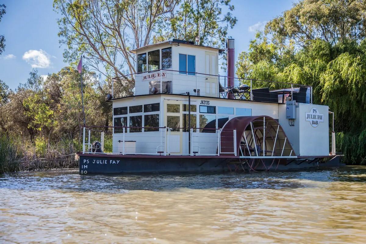 Пара превратила старинную лодку в стильный плавучий дом