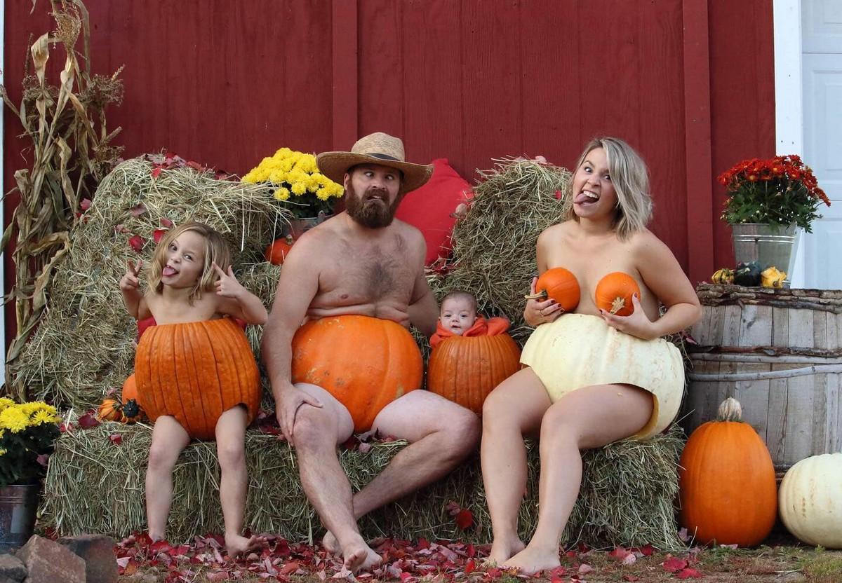 Веселая фотосессия семьи в тыквах к Хэллоуину