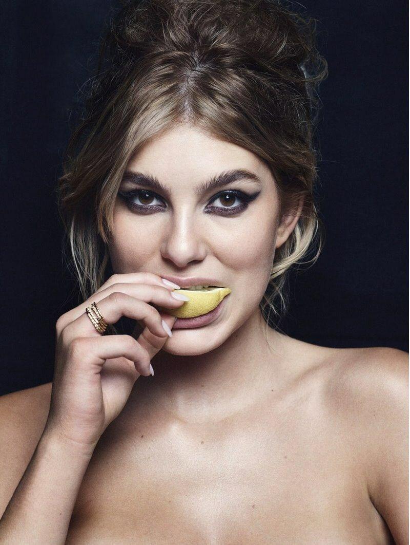 Моделей попросили съесть дольку лимона для фотопроекта